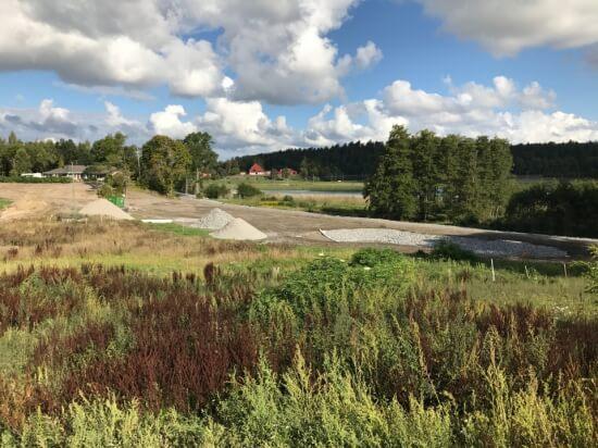 Vägsträckning och damm i Fredrikstrandsvägen